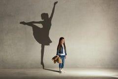 Bébé rêvant un ballet de danse sur l'étape Concept d'enfance photo stock