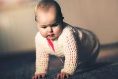 Bébé rampant sur le salon images stock