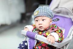 Bébé regardant loin Photos libres de droits