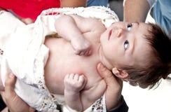 Bébé retenu par beaucoup de mains Images libres de droits