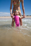 Bébé riant avec la maman à l'océan Images libres de droits