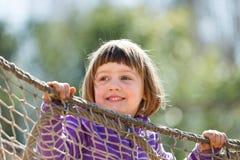 Bébé riant s'élevant sur des cordes Photos stock