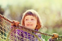 Bébé riant s'élevant sur des cordes Photo libre de droits