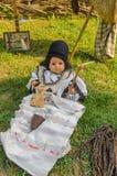 Bébé roumain traditionnel - poupée photo libre de droits