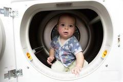 Bébé sérieux dans le dessiccateur photographie stock libre de droits