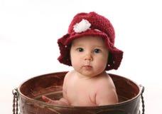 Bébé s'asseyant dans un bac de fleur Photos libres de droits