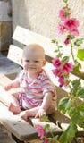 Bébé s'asseyant sur le banc Photographie stock libre de droits