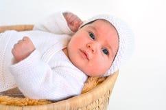 Bébé se couchant dans le panier Photographie stock