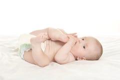 Bébé se trouvant sur la couverture Images stock