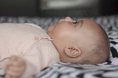 Bébé se trouvant sur le lit recherchant Photo libre de droits