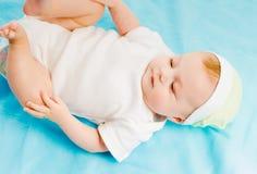 Bébé se trouvant sur un plaid bleu Photos libres de droits