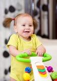 Bébé souriant tout en se tenant dans un marcheur images libres de droits