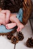 Bébé, studio de photo sur un fond en bois Photographie stock libre de droits