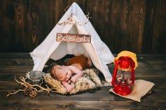 Bébé, studio de photo sur un fond en bois Image libre de droits
