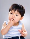 Bébé suçant le doigt dans la bouche photographie stock libre de droits