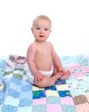 Bébé sur l'édredon Photographie stock libre de droits