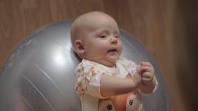 Bébé sur la boule gymnastique banque de vidéos