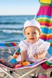 Bébé sur la plage de sable avec des jouets Image stock