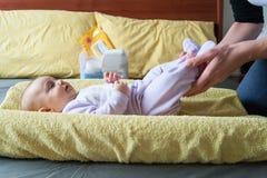 bébé sur la table changeante Image libre de droits