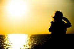 Bébé sur le fond de mer avec le coucher de soleil Photo stock