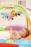 Bébé sur le playmat photographie stock