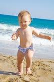 Bébé sur une plage Photos libres de droits