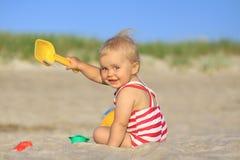 Bébé sur une plage Photographie stock libre de droits