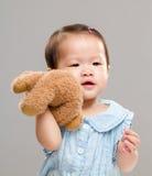 Bébé tenant sa poupée d'ours images libres de droits
