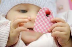 Bébé tenant un coeur Photos libres de droits