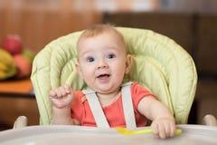 Bébé tout préparé dans le highchair images stock