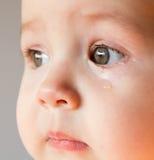 Bébé triste de visage Une larme sur le visage images libres de droits