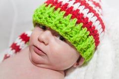 Bébé utilisant le chapeau mignon de Knit Photo libre de droits