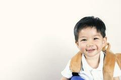 Bébés garçon Carry Bags à l'école avec l'espace pour le texte Photographie stock libre de droits