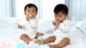 Bébés jumeaux gais sur le lit clips vidéos