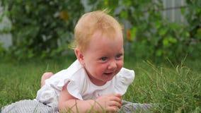 B?b?s sur allaiter concept d'enfance heureux Jour heureux du `s de m?re Sourire observ? bleu de fille ext?rieur Petite jolie fill banque de vidéos