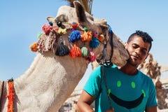 Bédouin et son chameau un plan rapproché de portrait Photos stock