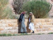 Bédouins - conducteurs de jeep représenter et parler les touristes de attente dans Wadi Rum Visitor Center près de la ville d'Aqa photographie stock