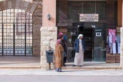 Bédouins - conducteurs de jeep représenter et parler les touristes de attente dans Wadi Rum Visitor Center près de la ville d'Aqa images stock