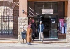 Bédouins - conducteurs de jeep représenter et parler les touristes de attente dans Wadi Rum Visitor Center près de la ville d'Aqa image libre de droits