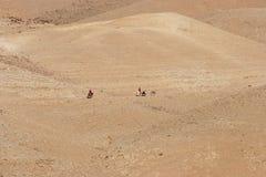 Bédouins dans le désert de Judea photographie stock