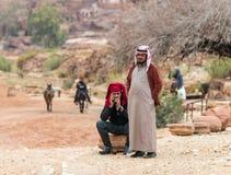 Bédouins - les vendeurs de souvenir prennent un repos tout en attendant des touristes dans PETRA près de la ville de Wadi Musa en photo libre de droits