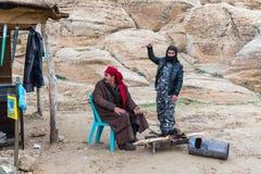 Bédouins - les vendeurs font le thé sur des charbons au bord de la route menant à PETRA près de la ville de Wadi Musa en Jordanie photos libres de droits