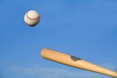 Béisbol alrededor que pulso por el bate de béisbol Fotografía de archivo