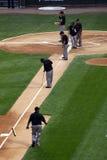 Béisbol de MLB - equipo de argumentos que trabaja en el área de la pista de aterrizaje Fotografía de archivo libre de regalías