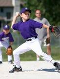 Béisbol del cabeceo del muchacho fotografía de archivo libre de regalías