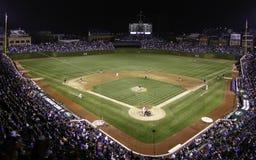 Béisbol - el partido nocturno, Wrigley coloca en Chicago imágenes de archivo libres de regalías