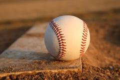 Béisbol en el caucho del montón de jarras Foto de archivo libre de regalías