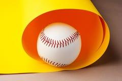Béisbol en fondo amarillo con el espacio de la copia fotografía de archivo libre de regalías