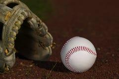 Béisbol en guante en el campo Fotografía de archivo libre de regalías