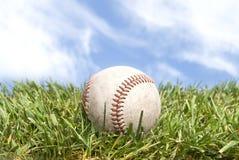 Béisbol en hierba imagen de archivo libre de regalías